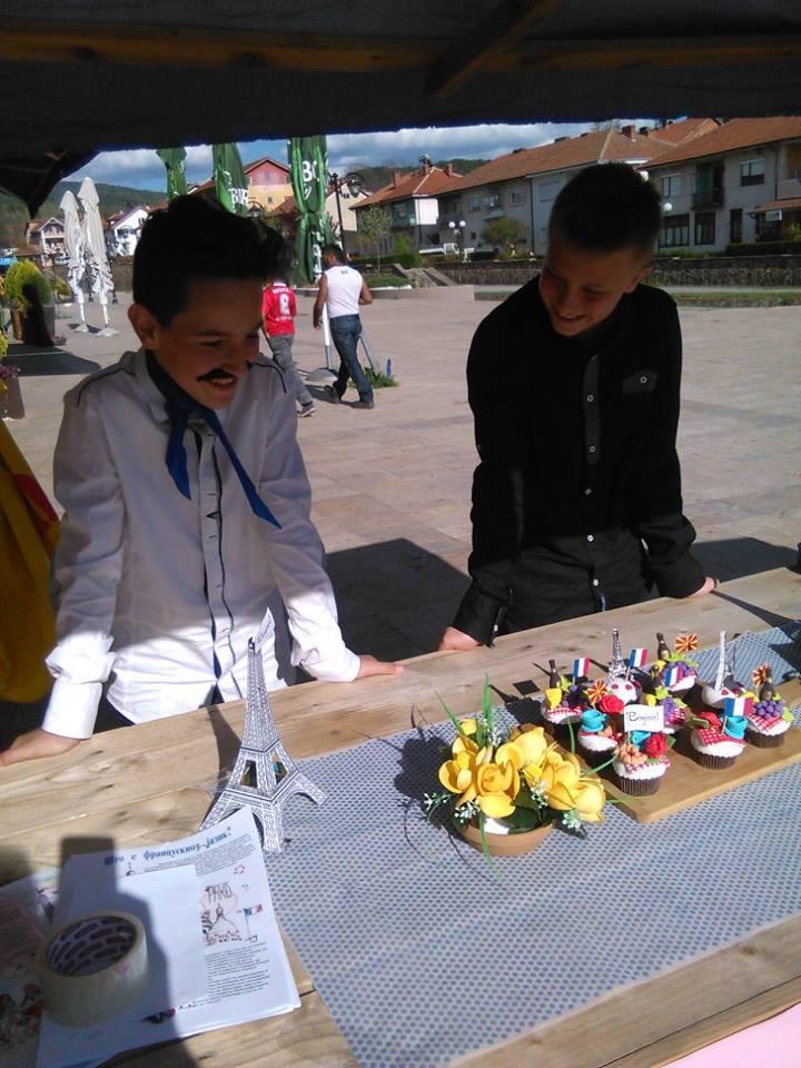 vente de gâteaux pour une action humanitaire